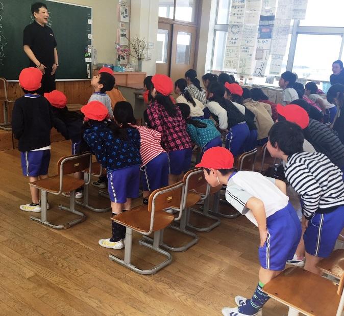 小学校でストレッチ指導
